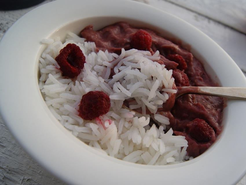 Malinowy mus z awokado w towarzystwie ryżu