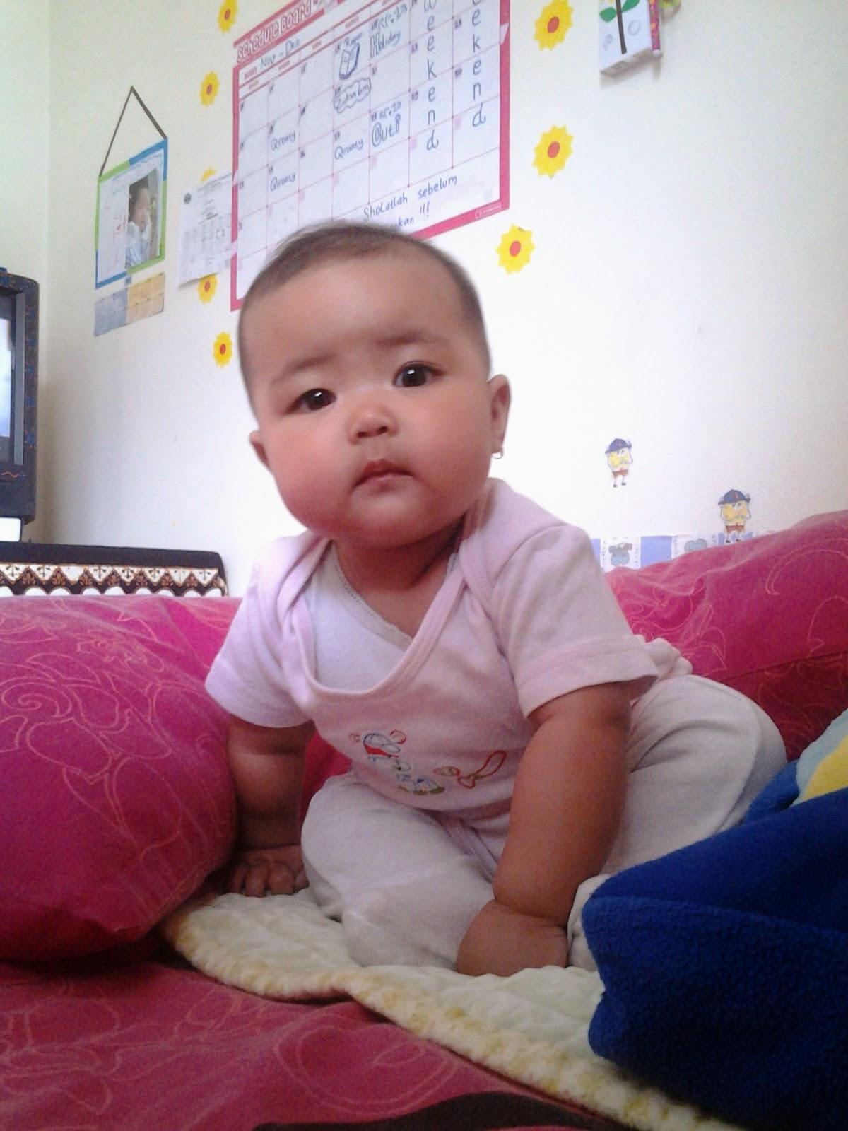 foto baby belajar duduk lucu