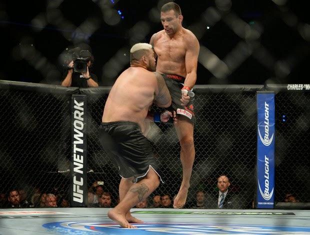 Werdum surpreende, nocauteia Hunt e conquista cinturão interino do UFC