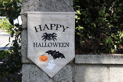http://www.ehow.com/ehow-crafts/blog/diy-halloween-banner-with-spooky-appliques/?utm_source=amysinibaldi&utm_medium=contributor&utm_campaign=blognetwork