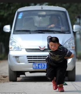 طفل في السابعة يستطيع سحب سيارة !!!!