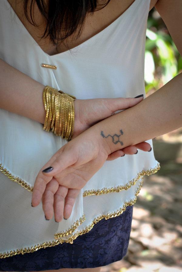 Blusa com correntes douradas Caos - tatuagem dopamina