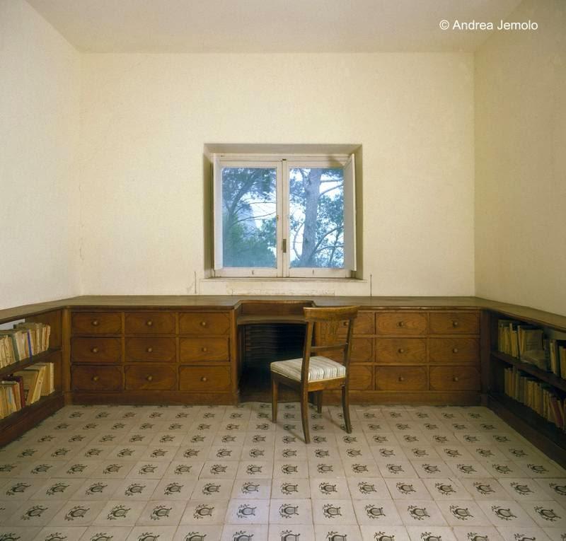 Sala escritorio biblioteca en la Casa Malaparte