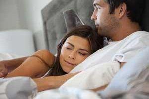 كيف تجعلين زوجك وحبيبك طفلا مطيعا - امرأة تنام فى حضن رجل - رجل وامرأة على السرير - man hugging woman