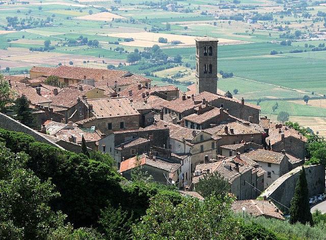 File:Cortona-vista01.jpg