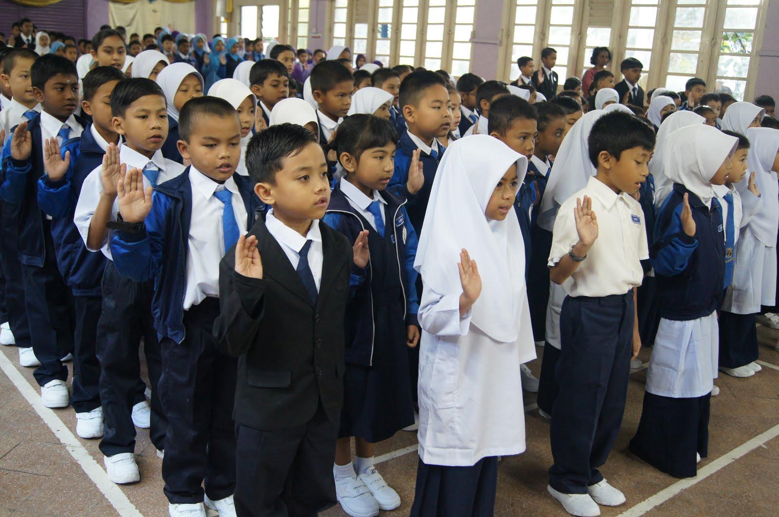 murid murid berkumpul di dewan