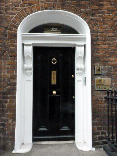 Puerta negra en Dublín