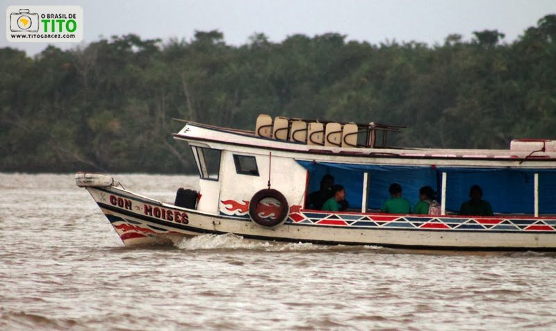 Barco transporta estudantes e suas cadeiras através da baía do Guajará, em Belém - Pará