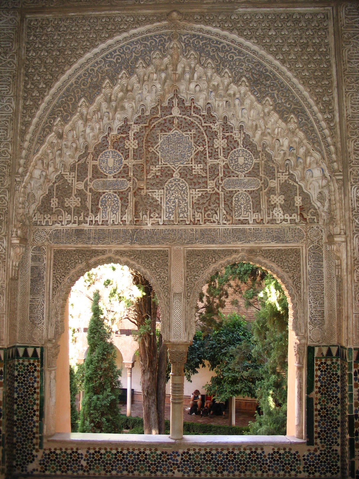 #946A37  de azulejos em baixo e arabescos em cima. O nome de Alá e de Mohammed 1206 Portas E Janelas De Madeira Em Vitoria Da Conquista