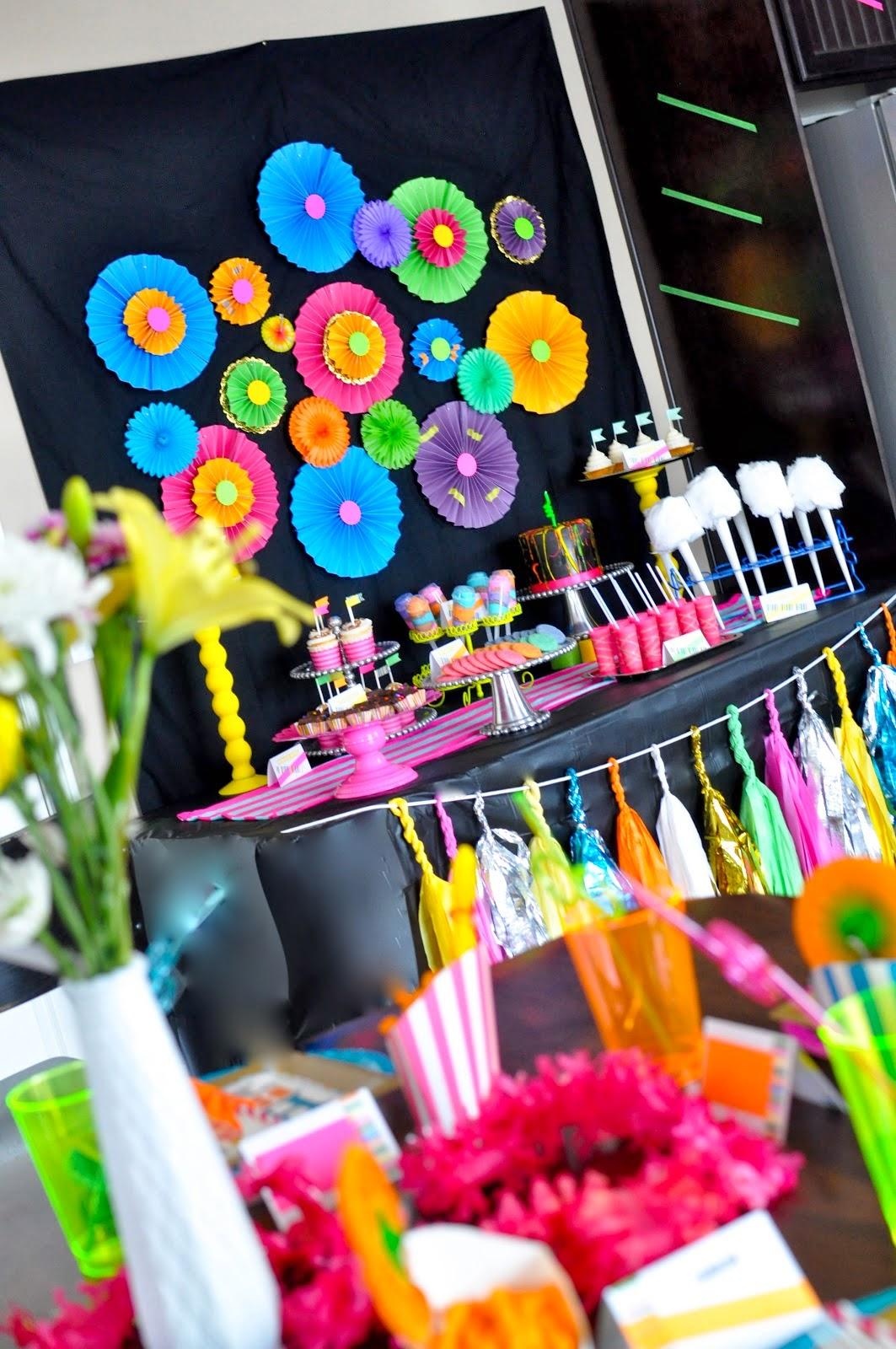 tables en f te une d coration d 39 anniversaire fluorescente. Black Bedroom Furniture Sets. Home Design Ideas