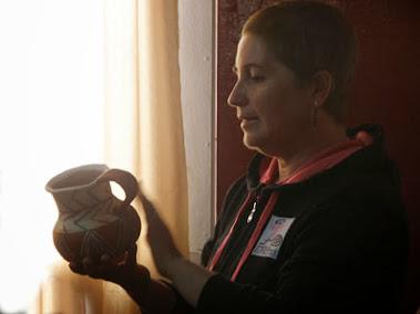 Mónica Cortés Piffaut evaluando las piezas