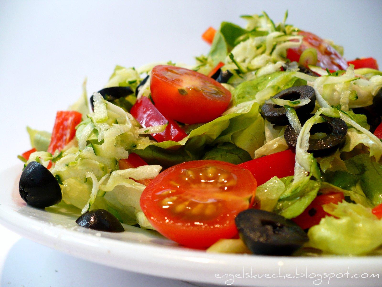 Mittagessen italienischer salat mit oliven paprika zucchini