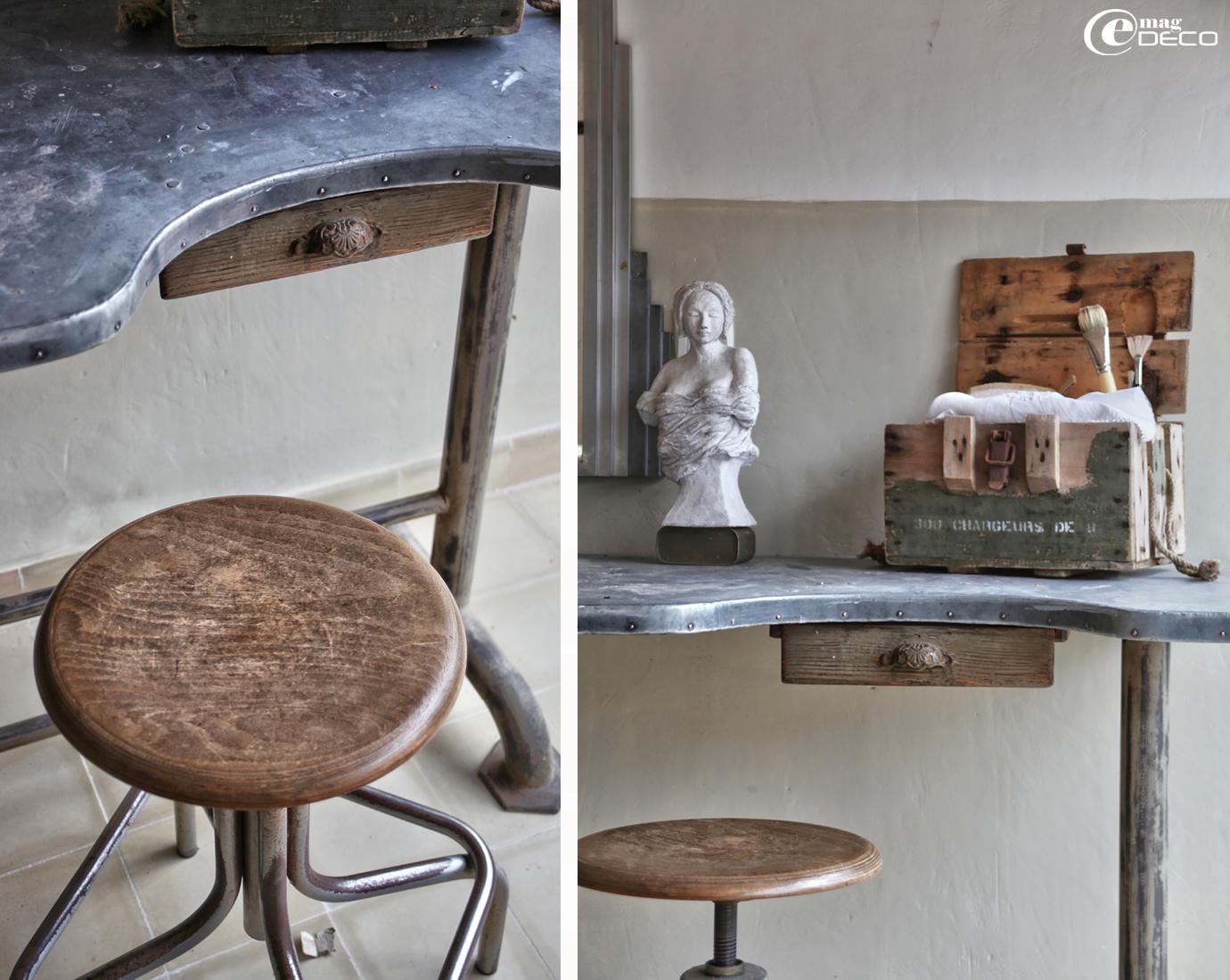 Table de bijoutier détournée en table d'atelier d'artiste sculpteur