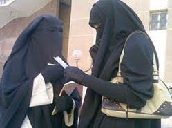 شاب مصري يرتدي النقاب لمراقبة سلوك فتاة ينوي الإرتباط بها!