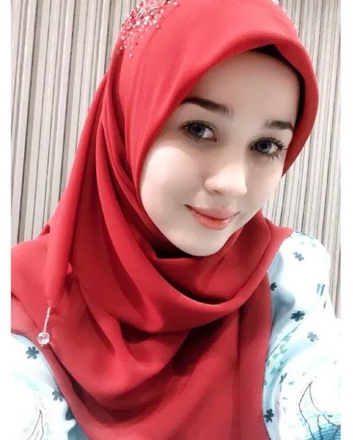 Emma Maembong Manis Berhijab