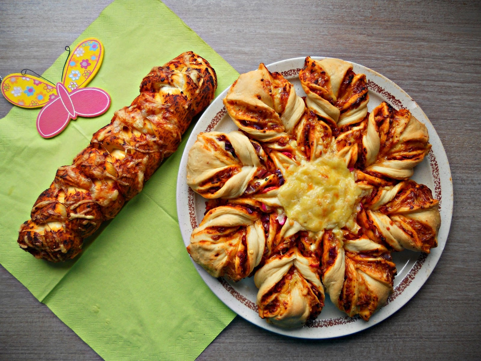 laura 39 s liebliche leckereien herzhafte hefe calzone blume pizza hefezopf. Black Bedroom Furniture Sets. Home Design Ideas