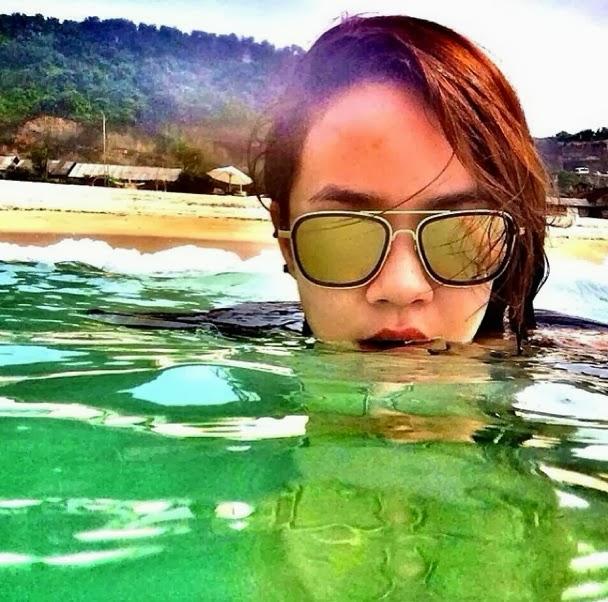 Nora Danish mandi di pantai Bali