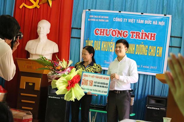 Ông Dương Văn Bốn GĐ công ty trao tặng phần quà cho các cháu
