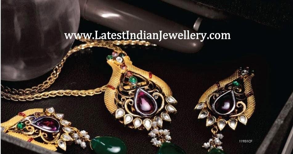 antique gold pendant set with kundans