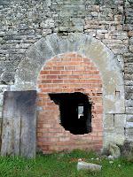 El portal d'entrada, adovellat, de la façana nord