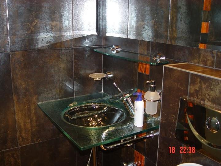Баня с вграден душ и стъклен умивалник и стена 2