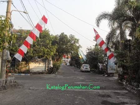 Jalan utama Puri Lidah Kulon Indah