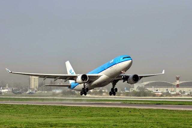 Самолет во время взлета в аэропорту Алматы