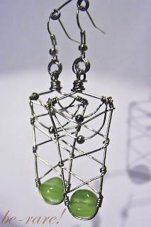 kolczyki wire wrapping z zielonym szklanym koralikiem