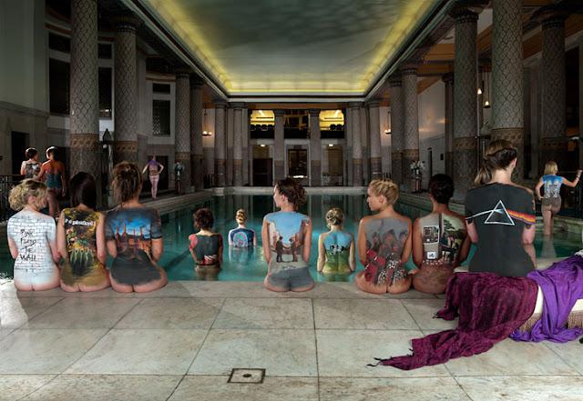 Imitación de la foto promocional del Pink Floyd back catalogue contodas las portadas
