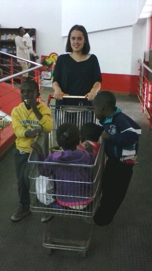 De compres amb els petits! Ian, Eugene, Mercy, Fracnis i Nana!