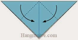 Bước 3: Gấp chéo hai cạnh tờ giấy xuống dưới.