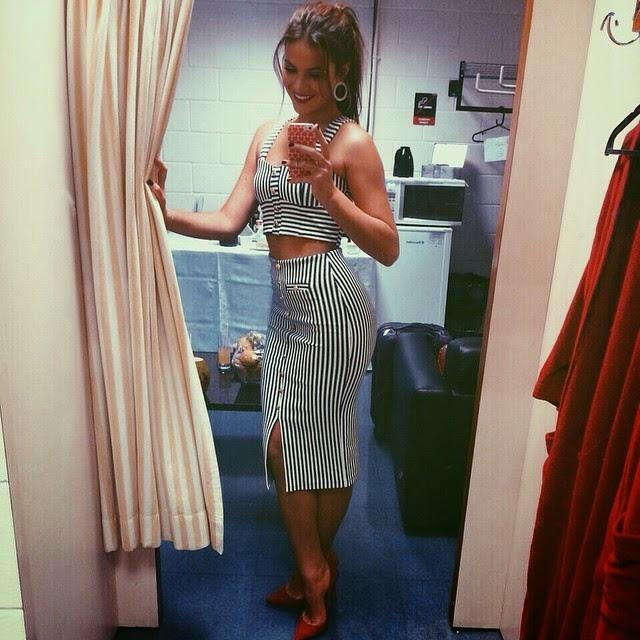 A atriz Bruna Marquezine usa conjuntinho listrado