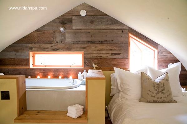 Baño y dormitorio juntos en un ático con diseño contemporáneo
