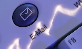 """NUEVA YORK (AP) — Google, Facebook y otras grandes compañías tecnológicas están diseñando conjuntamente un sistema para combatir las estafas por correo electrónico que apelan a la usurpación de identidad. Esas estafas por correo electrónico conocidas como """"phishing"""" tratan de engañar a la gente haciendo que revelen sus contraseñas u otra información personal, enviándoles correos que parecen provenir de un banco, un comercio u otra organización. Cuando los clientes del Bank of America, por ejemplo, ven correos que parecen provenir de su banco, corren el riesgo de abrir un enlace que los lleva a un sitio falso que asemeja el"""