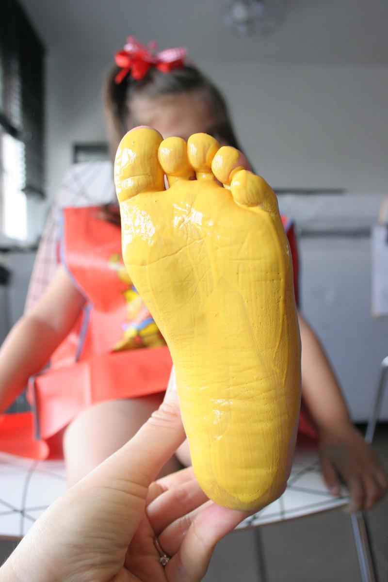 Manualidad Decorar en familia_ Lámina cangrejo pintada con pies y manos2