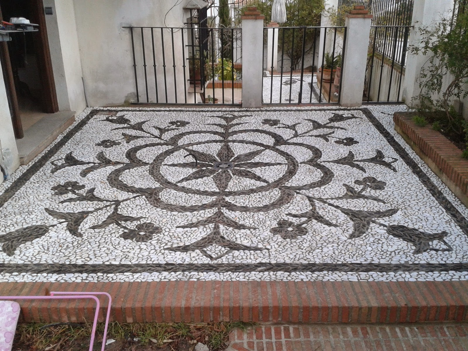 Artesan as mosaicos y decoraci n de suelos empedrados for Suelos exteriores de jardin