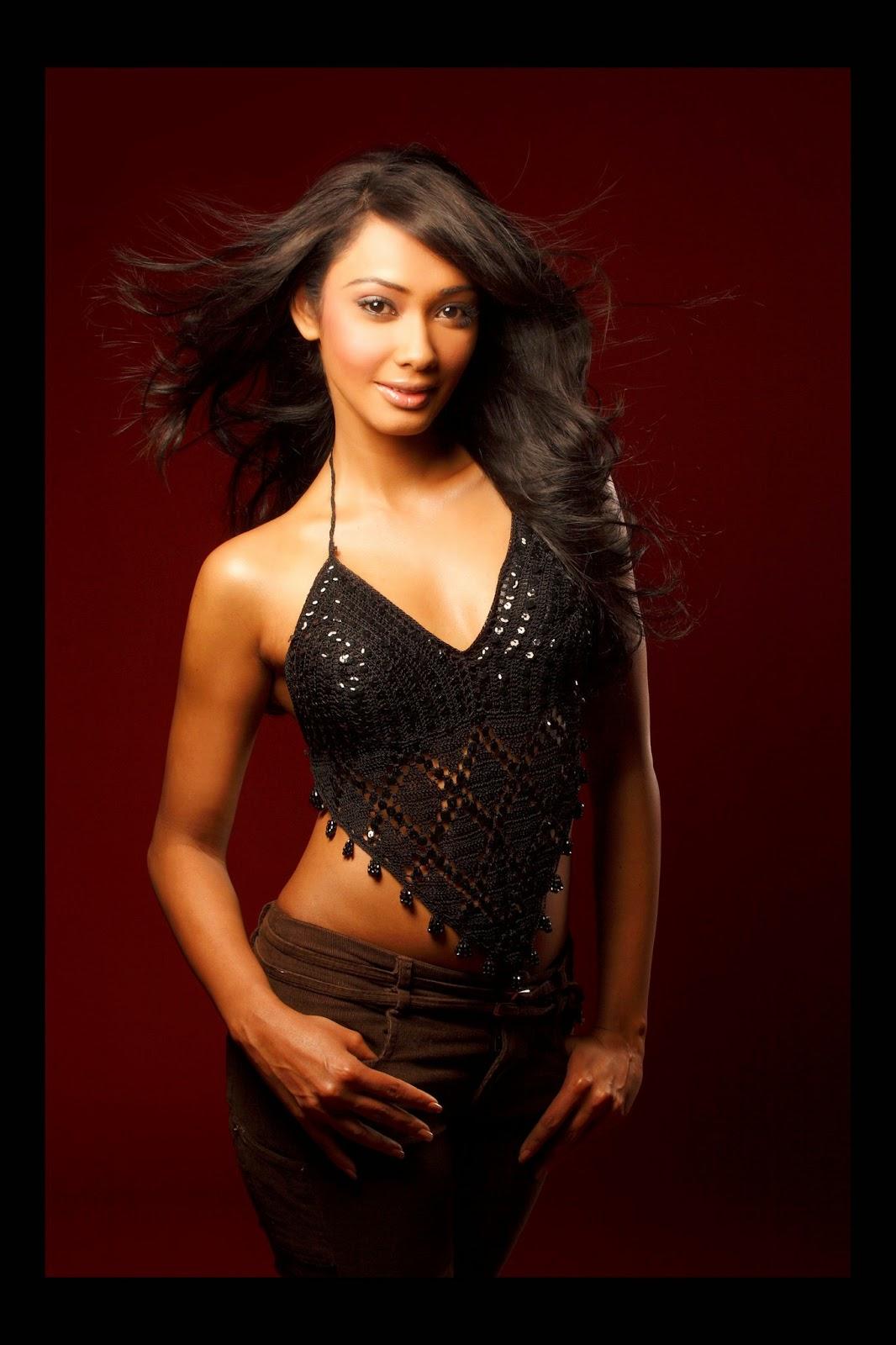srilankan hot actress Yureni Noshika sexy saree fashion