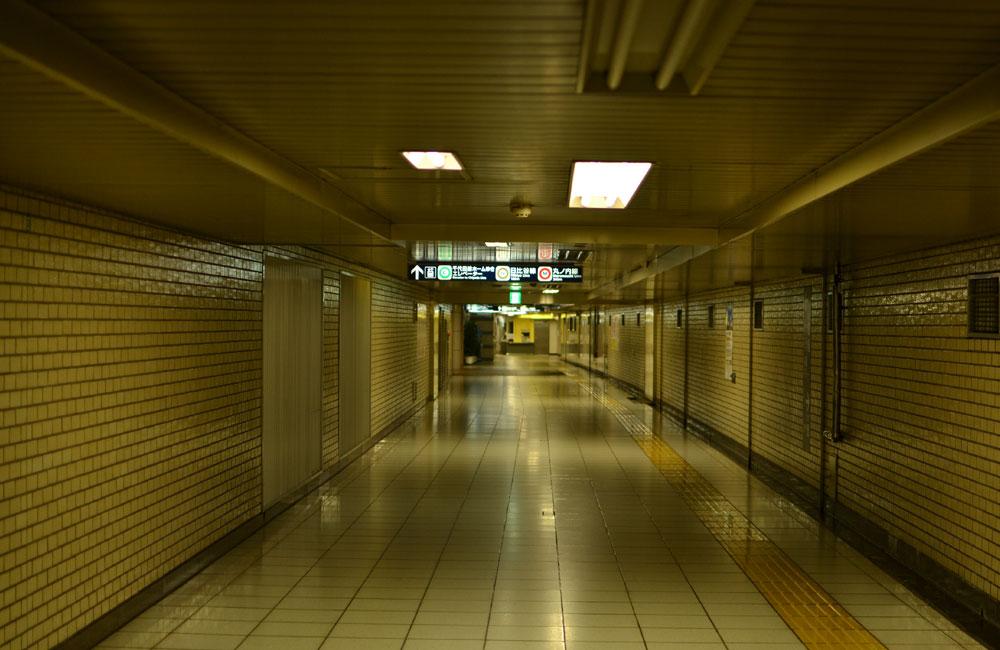 駅の連絡通路の写真