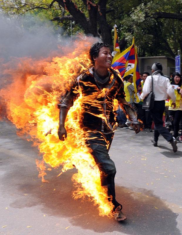 Corpo de manifestante em chamas