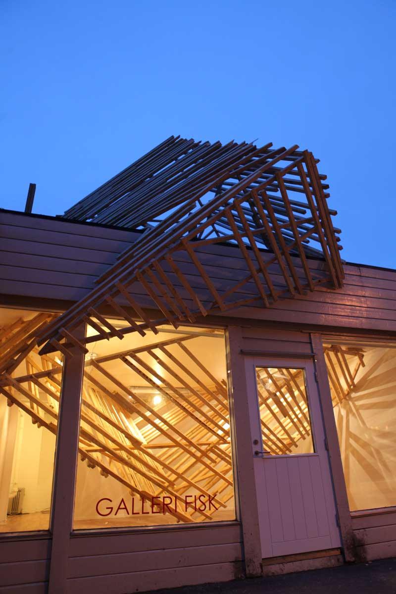 Ilia estudio interiorismo un cubo de madera que cruza la for Exterior y interior