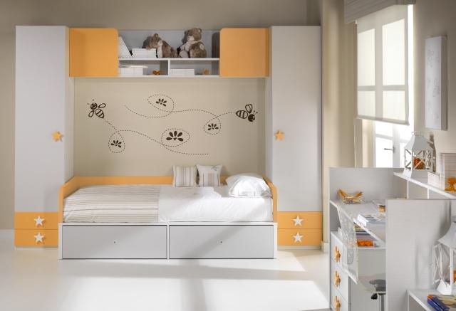 Cuna convertida en cama con cajones y mesilla y mesa de - Amueblar habitacion juvenil ...