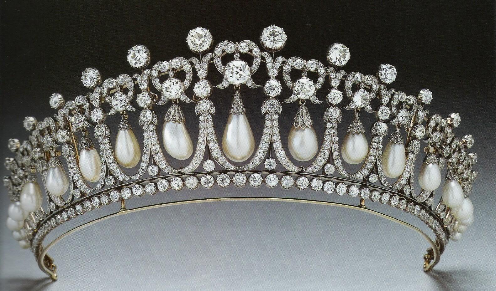 http://2.bp.blogspot.com/-QM9z_TrEa4c/UDPDMHF-inI/AAAAAAAADhY/a1CmA6SGOp8/s1600/cambridge+lovers+knot+tiara+pearl+diamond+princess+diana.jpg