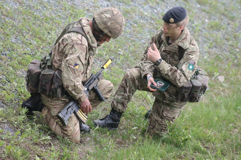 159 Supply Regiment's Pilot Study Troop Commander Lt John Kinahan RLC briefing a Reserve soldier on exercise