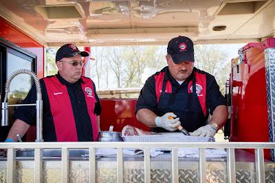 Competidores percorrem os Estados Unidos em veículos adaptados que viram cozinhas móveis – reputação e prêmios tentadores dependem dos grelhados - Divulgação