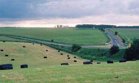 Visão de Stonehenge a partir da estrada A303 que leva o visitante até o local