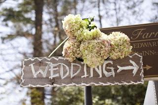 http://conlluviayconsolshop.blogspot.com.es/2013/04/carteles-de-madera-para-bodas.html