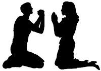 0018_Hombre-mujer-orando-juzgar