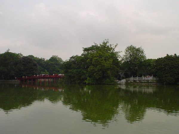 Puente de madera sobre Lago de Hanoi (Vietnam)