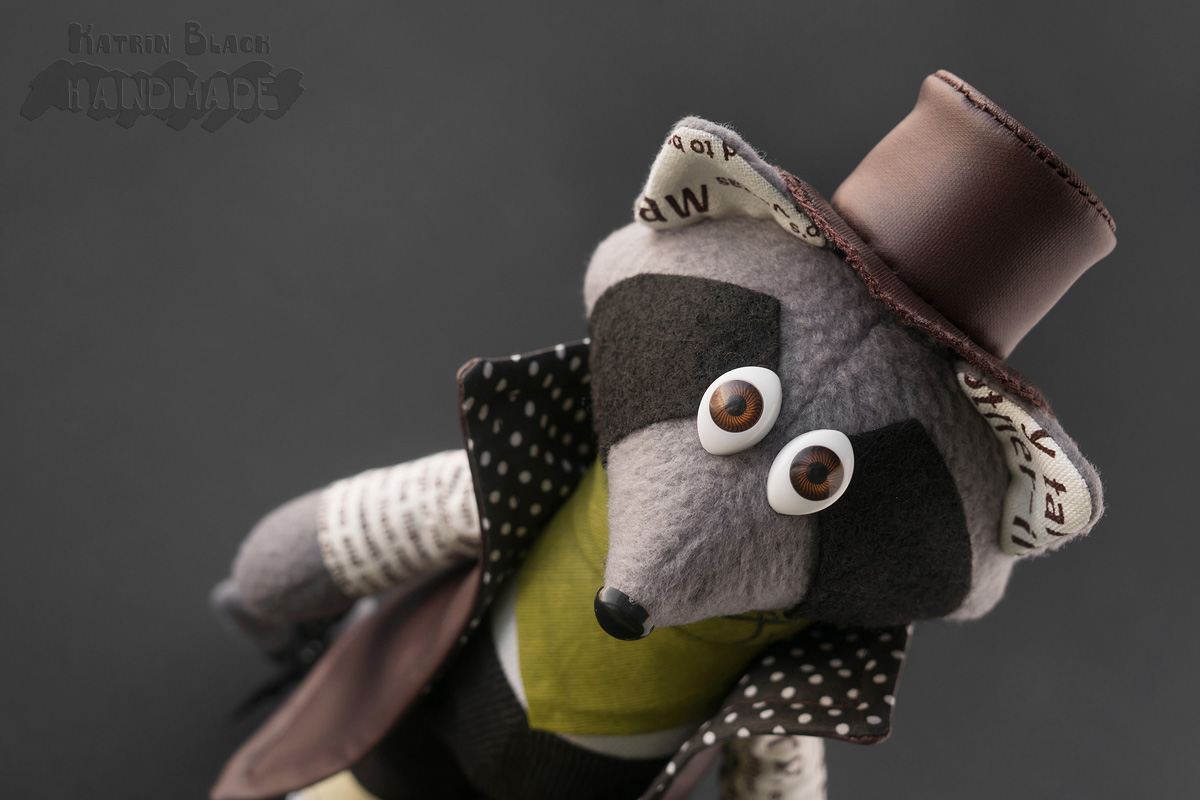 Интерьерная игрушка - енот в плаще, шляпе и с чемоданом.