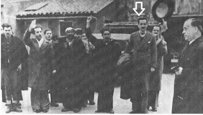 Στη φωτογραφία, βλέπουμε τον Κωνσταντίνο Μητσοτάκη, σε γερμανικό στρατόπεδο συγκέντρωσης, να αρνείται να χαιρετήσει ναζιστικά!  Και δεν είναι τυχαίο που το (φειδωλό σε τέτοια) Βρετανικό Κοινοβούλιο, τον παρασημοφόρησε για τους αγώνες του κατά της μάστιγας του ναζισμού. Αυτά για όσους τους ενοχλεί το όνομα!